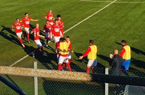 L'abbraccio collettivo del Varese dopo il primo gol di Otelè: una dimostrazione della voglia di riscatto e dell'unità del gruppo