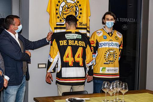 Il presidente Matteo Torchio mostra la nuova maglia indossata da Alessio Piroso e Andrea Schina (foto Alessandro Galbiati)