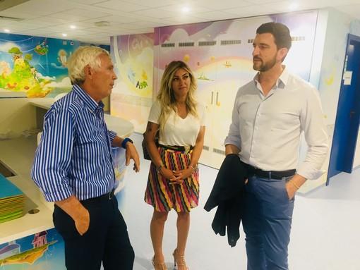 Roberta Montagnoli e Paolo Fantinato nel reparto di neuropsichiatria infantile all'ospedale Del Ponte insieme a Riccardo Cappello del Ponte del Sorriso