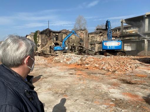 VIDEO. Giù l'ex fonderia di via Bainsizza. «Dove c'era degrado e abbandono nasce la speranza di una Varese migliore»
