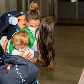 Il tenerissimo abbraccio dei nipotini a Federica Cesarini, oro olimpico accolta dal tripudio di famiglia, amici e tifosi all'aeroporto di Linate (foto Alessandro Galbiati)