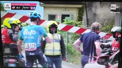 Il passaggio a livello si abbassa davanti ai cinque fuggitivi al Giro