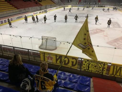 Bandiera giallonera nel settore ospiti della Meranarena: i Mastini ci credono