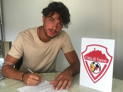 La firma di Giovanni Scampini sull'accordo con il Città di Varese: è il primo rinforzo per la serie D