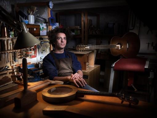 LA STORIA. Il giovane liutaio di Gavirate Paolo Bianchi inventore di un nuovo strumento musicale