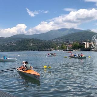 Luino, 55 studenti dello Stein di Gavirate remano sul lago Maggiore