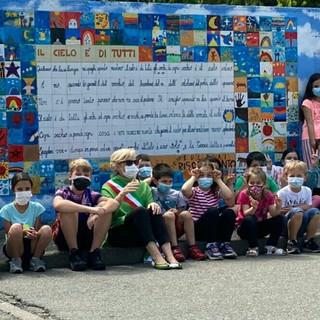 """Inaugurato a Gavirate il murales """"Il cielo è di tutti"""" realizzato dai bambini delle elementari"""