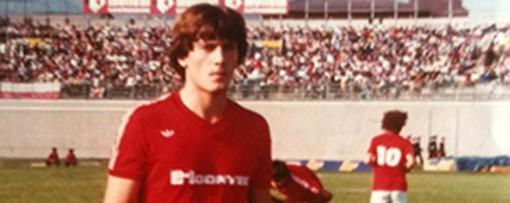"""Gildo Salvadè con la maglia biancorossa della stagione 1981/1982, quella del """"casino organizzato"""" di Fascetti"""
