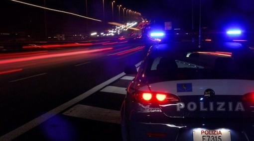 Fugge in auto a tutta velocità dal controllo di polizia e si schianta fuori strada