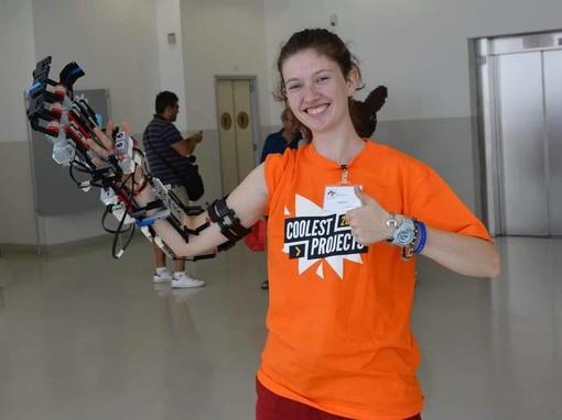 La giovane fagnanese Greta Galli inventa la mano robotica realizzata in mattoncini Lego®. E spopola