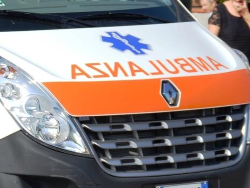 Ciclista investito, quarantenne finisce al pronto soccorso