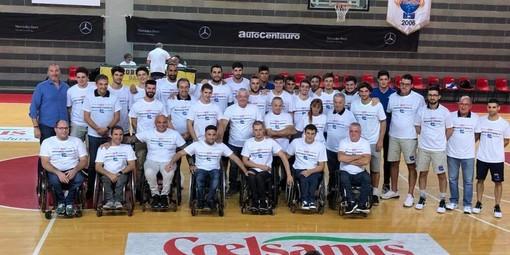 Le foto più belle della serata dalla pagina Facebook dell'ASD Handicap Sport Varese: giocatori e staff della Robur prima accolgono i ragazzi del basket in carrozzina e poi si uniscono a loro in un unico gruppone in mezzo al parquet del Campus