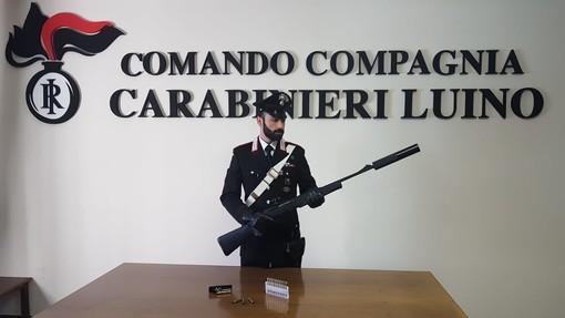 Spara e uccide un capriolo con un fucile Browning nei boschi del Varesotto: bracconiere scoperto dai carabinieri
