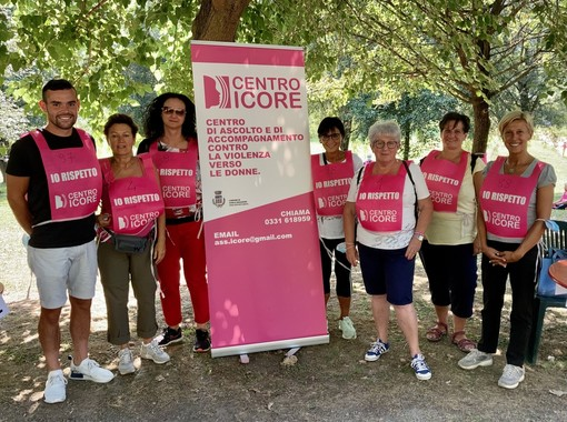 Organizzatori e autorità alla marcia antiviolenza nel Parco del Medio Olona