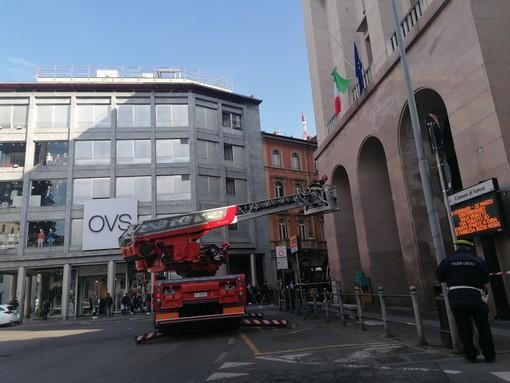 FOTO. Vigili del fuoco in azione in piazza Monte Grappa: area transennata e verifica su un edificio