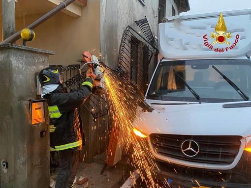 FOTO. Luino, furgone incastrato sotto un balcone: devono intervenire i vigili del fuoco