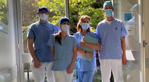La professoressa Lucia Tettamanti (terza da sinistra) con alcuni studenti a Velate, nella sede del corso di laurea magistrale in Odontoiatria e protesi dentaria risultato primo in Italia nella classifica Censis