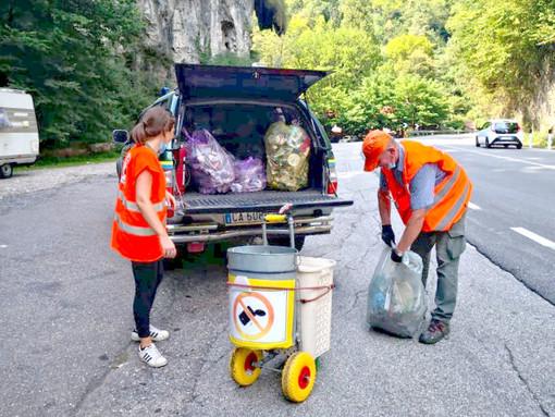 Rifiuti abbandonati sulla Statale 233 a Induno Olona: rinvenute più di 50 mascherine, bottiglie e parti di auto incidentate