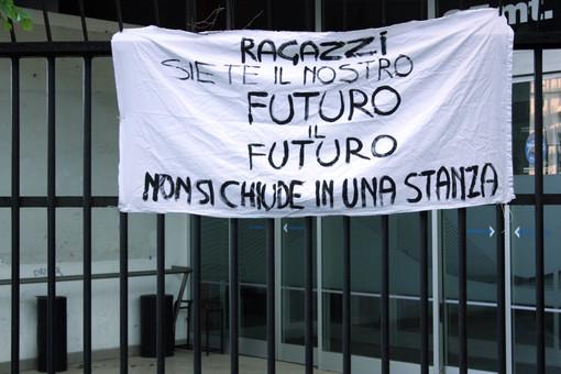 Uno striscione esposto dai genitori per i ragazzi al liceo Candiani Bausch di Busto