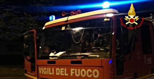 Auto prende fuoco in via Giusti: intervengono i vigili del fuoco