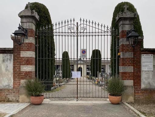 Coronavirus. I cimiteri sono chiusi per l'emergenza e il sindaco di Jerago con Orago fa posare dei vasi all'ingresso in onore dei defunti