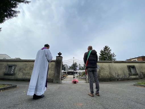 Luvinate: cimitero chiuso per l'emergenza Coronavirus. Parroco e sindaco depongono dei fiori all'ingresso in onore dei defunti
