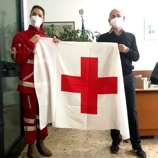 Luvinate, issata sul municipio la bandiera della Croce Rossa