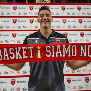 """Luis Scola ha scelto la Pallacanestro Varese per chiudere la sua carriera: «Gloria e storia, questo è il posto giusto». E urla insieme a tutti i tifosi """"il basket siamo noi"""" (fotoservizio a cura di Alessandro Galbiati)"""