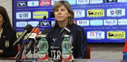 Il ct azzurro Milena Bertolini in conferenza stampa (foto figc.it)