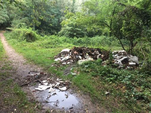 FOTO. Ancora materiale edile abbandonato tra Monvalle e Leggiuno: «Serve una fototrappola»