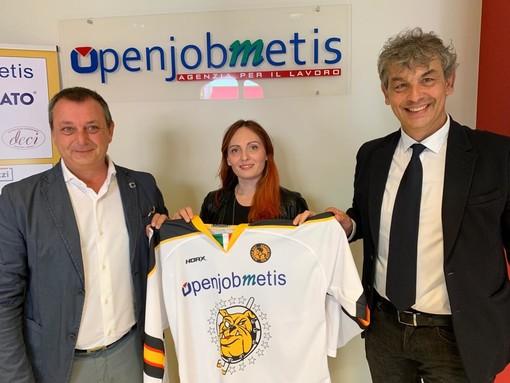 Matteo Torchio, Stefania Trevisol e Matteo Malfatti con la maglia del settore giovanile dei Mastini marchiata Openjobmetis