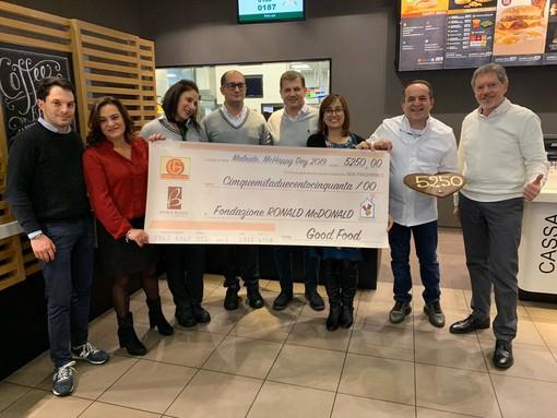 La consegna dell'assegno alla Fondazione Ronald McDonald