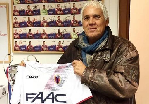 In questa foto del Bologna Fc, Lionello Massimelli con una maglia celebrativa dei rossoblù. In basso, uno storico scatto di Marini, Massimelli, Fusaro e Mayer