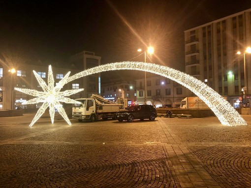 FOTO. Ecco a voi la stella cometa di piazza Repubblica e l'albero acceso di piazza Monte Grappa