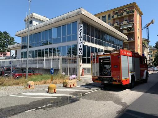 A fuoco un'auto, evacuata la Prealpina e chiusa via Tamagno