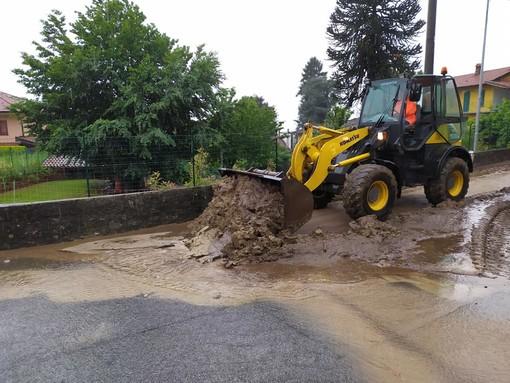 A Porto Valtravaglia si continua a combattere contro fango e detriti dell'alluvione