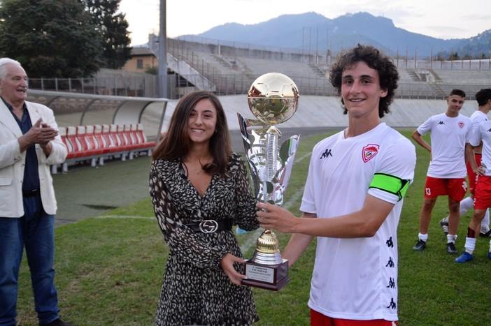 Martina, nipote del Peo, premia con il Trofeo Paolo Maccecchini il capitano della Juniores biancorossa