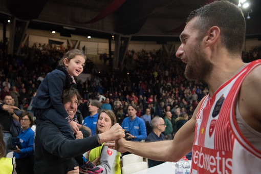 La stretta di mano tra capitan Ferrero e un tifoso che porta in spalla la sua bimba, rapita dall'emozione di una serata magica (foto Fabio Averna)