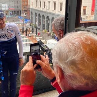 A fine gara, una scena bellissima: il patron della Binda Renzo Oldani accompagna sul balcone della Camera di Commercio un bimbo che voleva farsi fotografare insieme al vincitore Alessandro De Marchi. E' lo stesso Oldani a scattare l'immagine