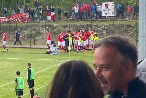 Antonio Rosati felice e, là dietro, il mucchio biancorosso che esulta sotto i tifosi giunti a Gozzano dopo il gol al 95' di Giulio Ebagua