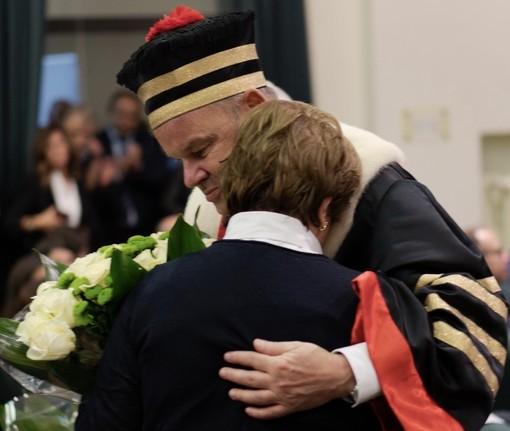 L'abbraccio tra il rettore Tagliabue e la moglie del professor Macchi (foto Andrea Testa)