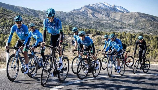 Edward Ravasi, al centro sui pedali senza occhiali: in nero in fondo al gruppo c'è anche Ivan Basso che non perde un secondo di allenamento con i suoi uomini