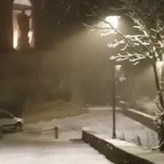 Cade la neve al Sacro Monte: una spolverata di magia (video)
