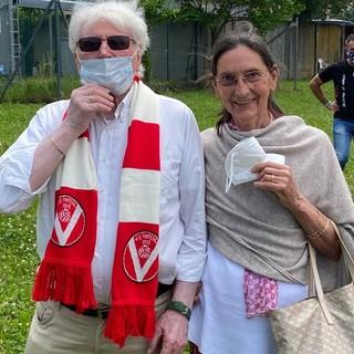Carlo e Angela ieri a Saluzzo, in provincia di Cuneo, insieme ad altri cuori biancorossi nonostante la squadra già salva: un esempio da seguire per tutti