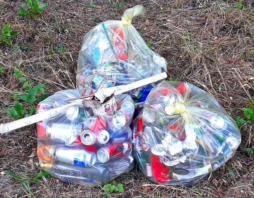 La Sp30 invasa da lattine e pacchetti di sigarette, i volontari ripuliscono tutto
