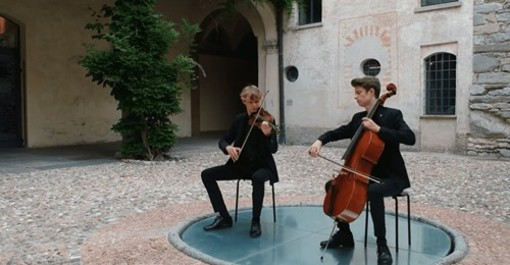"""VIDEO. La nuova performance musicale degli SdueT: l'omaggio al film """"Il Postino"""" al Castello di Masnago"""