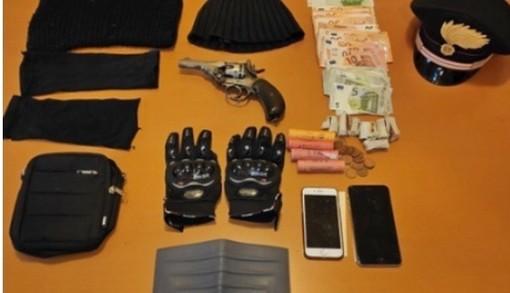 Pistola in pugno rapina il supermercato: braccato da un passante e arrestato dai carabinieri
