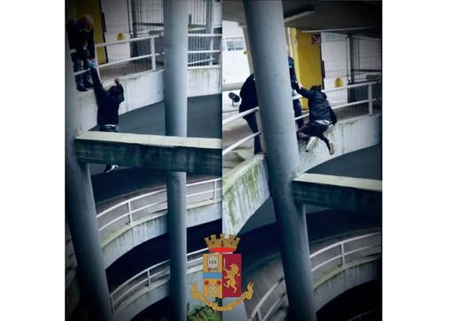 Spacciatore in fuga dalla Polizia rischia di precipitare nel vuoto e viene salvato dagli stessi agenti