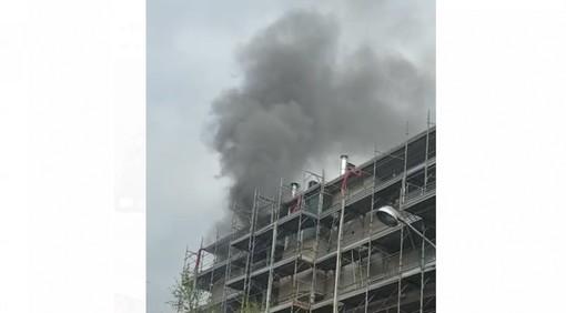 VIDEO e FOTO. Incendio in un condominio di Busto: in azione i vigili del fuoco