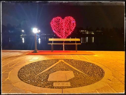 Il cuore rosso di San Valentino sul lungofiume di Sesto Calende